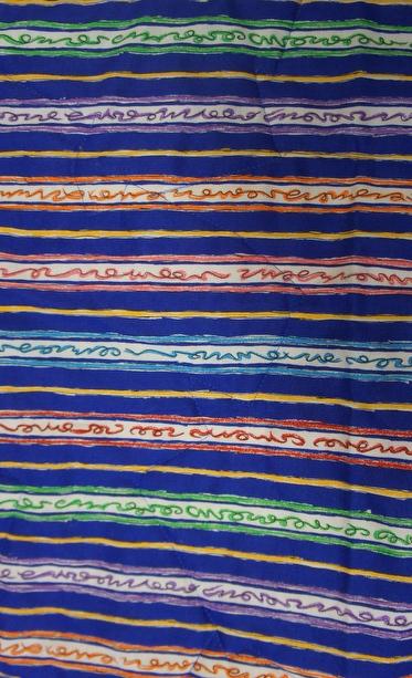 Bunte Streifen verzieren die Rückseite der Decke