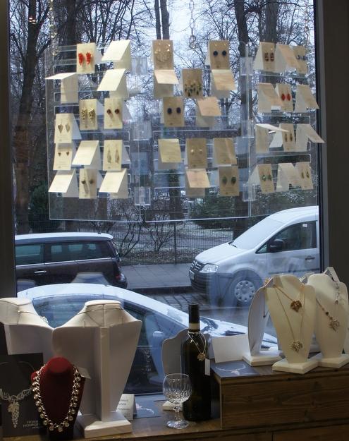 Teddi Hosman Design - Schmuckausstellung im Fenster