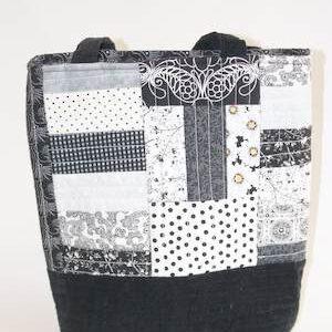 Gequiltete Handtasche in schwarz-weiß