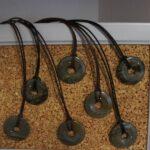 Donut-Scheiben auf einem Lederband