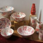 Keramikschüsseln mit roten Blumen