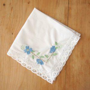 Damentaschentuch bestickt mit Blumenranken in blau