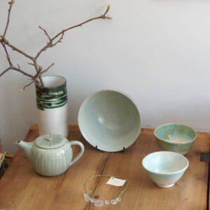 Keramikschüsseln, Vase und Teekanne