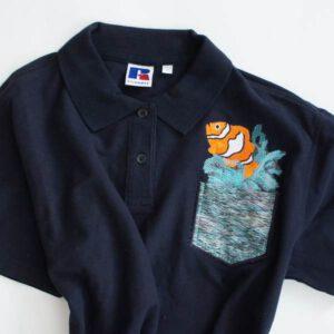 besticktes Polohemd mit Fisch und Tasche
