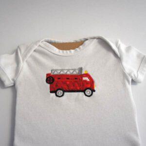 Babybody kurzarm mit Feuerwehrauto bestickt