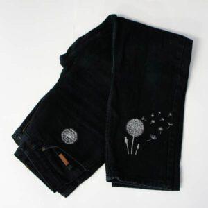 schwarze Jeans mit Pusteblume bestickt