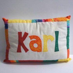 Namenskissen Karl in regenbogen Farben